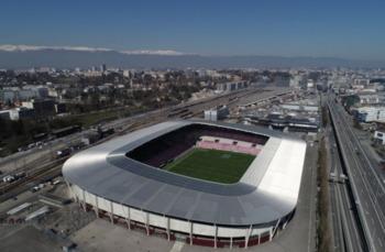 Vidéo: installation de panneaux solaires sur le Stade de Genève