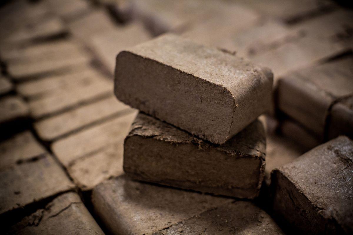 Les briquettes de bois utilisées pour alimenter le chauffage central de la manufacture